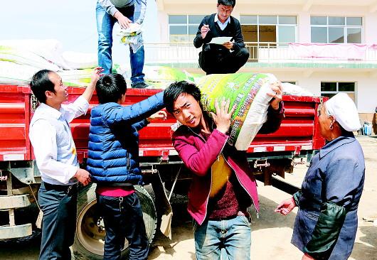 甘南临潭县委宣传部干部职工开展帮扶活动