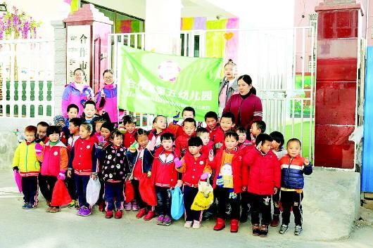 """甘南州合作市第五幼儿园开展""""环境专项整治——我是环保小卫士""""活动"""